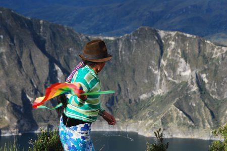 Femme quechua au bord d'un des grands lacs d'altitude d'Équateur
