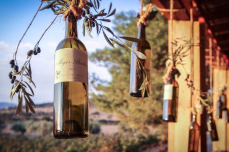 Bouteilles de vin pendues au restaurant Deckman's en el Mogor dans la vallée de Guadalupe, Mexique